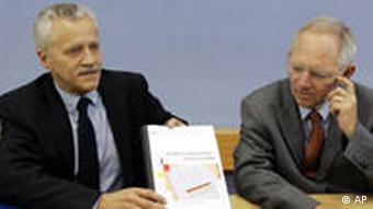 Der ehemalige Innenminister Wolfgang Schäuble, rechts, und Verfassungsschutz-Präsident Heinz Fromm präsentieren den Verfassungsschutzbericht für das Jahr 2008 (Foto: AP)