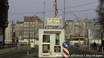 Berlin, Checkpoint Charlie undatiertes Foto aus den 80er Jahren. (Foto:akg)