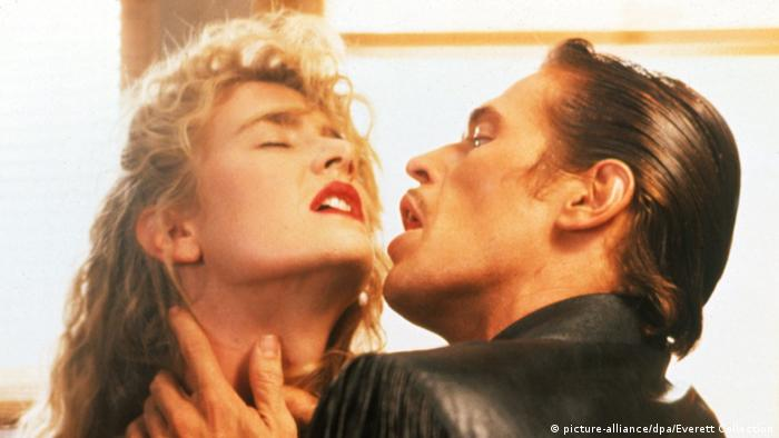Willem Dafoe packt seine Filmpartnerin Laura Dern in Wild at Heart am Hals und blickt sie an. (picture-alliance/dpa/Everett Collection)
