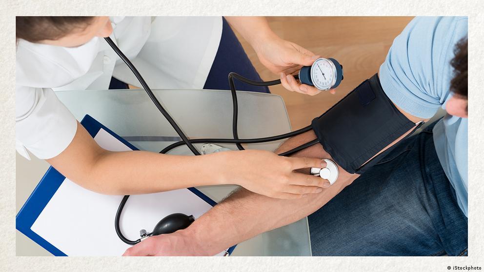 Deutschkurse | Wortschatz | WBS_Foto_Blutdruck_messen