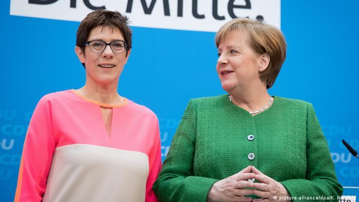 La secretaria general de la CDU, Annegret Kramp-Karrenbauer, y la canciller alemana y presidenta de la CDU, Angela Merkel (19.02.2018).