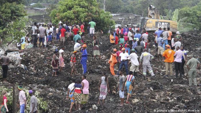 Müllberg verschüttet Menschen in Mosambik (picture alliance/AP/F. Momade)