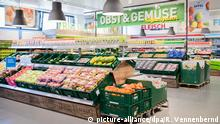 The fruit and vegetable section in Aldi (picture-alliance/dpa/R. Vennenbernd)