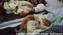 Pakistan Mütter mit Babys (picture-alliance/Pacific Press/R. Sajid Hussain)