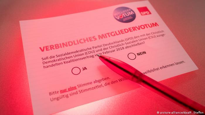 SPD - Mitgliedervotum (picture-alliance/dpa/P. Steffen)Un total de 463.723 militantes del Partido Socialdemócrata Alemán están llamados a votar en consulta sobre acuerdo para reeditar la gran coalición de Gobierno con el bloque conservador de la canciller Angela Merkel. (20.02.2018).
