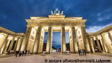 Berlin-Mitte: Pariser Platz mit Brandenburger Tor im Abendlicht, Berlin | Verwendung weltweit