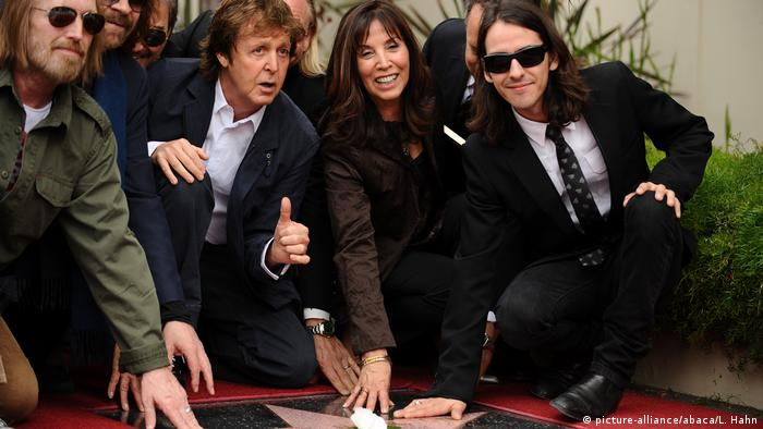 PAul McCartney, Olivia, Dhani kneel by the Walk of Fame star (picture-alliance/abaca/L. Hahn)