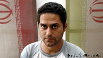 Der iranische Künstler Mahmoud Bakhshi Moakhar vor seiner Installation Anonymus Martryr, Air Pollution (2006) mit iranischen Nationalflaggen. 2007 zeigte das Museum für Neue Kunst in Freiburg eine der umfangreichsten Ausstellungen aktueller iranischer Kunst. Foto: dpa