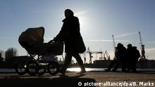 Mutter mit Kinderwagen (picture-alliance/dpa/B. Marks)