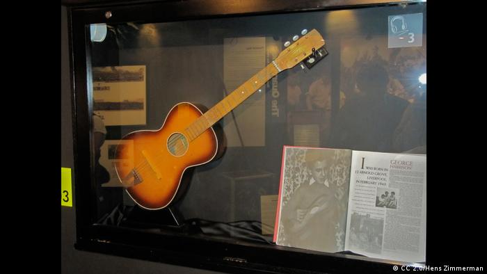 A guitar and songbook in a museum case (CC 2.0/Hens Zimmerman)