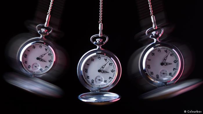 A pocket watch swings back and forth (Colourbox)