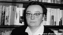 ARCHIV - Die Schriftstellerin Christa Reinig (undatiertes Archivfoto), die vor allem mit der «Ballade vom blutigen Bomme» und dem Roman «Entmannung» bekannt wurde, ist tot. Reinig sei bereits am vergangenen Dienstag (30.09.2008) im Alter von 82 Jahren gestorben, bestätigte ein Sprecher des Düsseldorfer Verlags Eremiten-Presse, der die meisten Werke der Autorin verlegt hatte, am Montag. Reinig hatte den Angaben zufolge zuletzt in einem Hospiz in München gelebt und sollte anonym bestattet werden. Noch 2006 hatte die Schriftstellerin ein Buch mit philosophischen Betrachtungen veröffentlicht («Das Gelbe vom Himmel»). Ende der 1940er Jahre publizierte die gebürtige Berlinerin erste Gedichte, die durch humorige Schnoddrigkeit auffielen. Ihre Debüt- Erzählung «Ein Fischerdorf» erschien 1946. In der ehemaligen DDR bekam Christa Reinig früh Probleme, weil sie sich nicht in die Schablone des «sozialistischen Realismus» pressen lassen wollte. 1964 nutzte die Autorin eine Ausreisegenehmigung für die Entgegennahme des Bremer Literaturpreises dazu, in der Bundesrepublik zu bleiben. dpa (nur s/w ) +++(c) dpa - Report+++   Verwendung weltweit