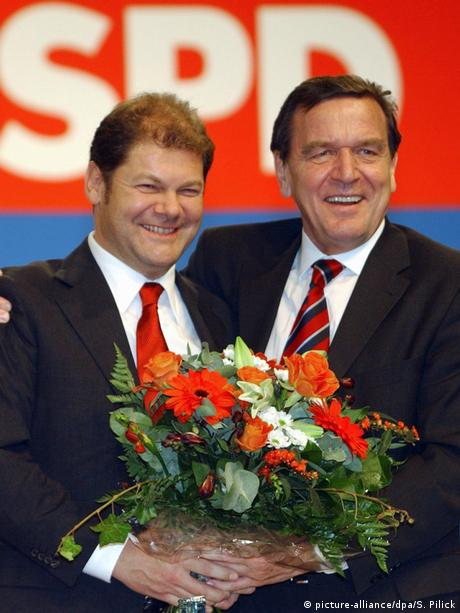 Olaf Scholz and Gerhard Schröder smiling (picture-alliance/dpa/S. Pilick)