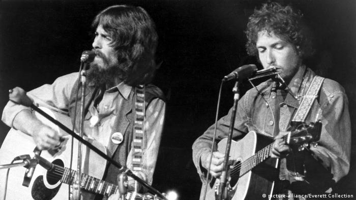 THE CONCERT FOR BANGLADESH: George Harrison und Bob Dylan auf der Bühne, 1972 (picture-alliance/Everett Collection)