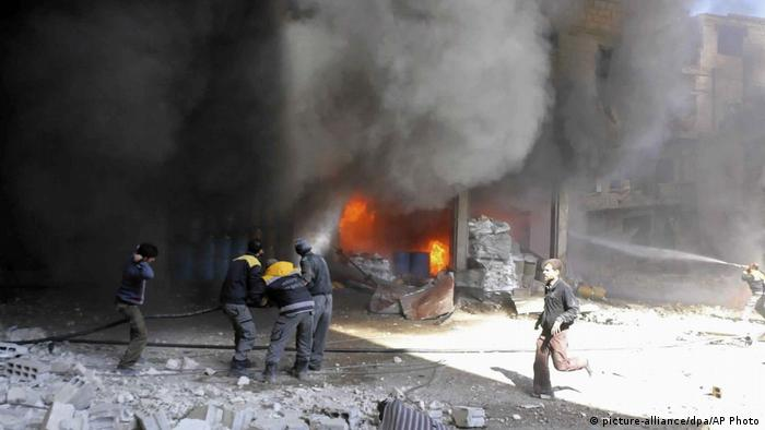 People attempting to extinguish a fire in Ghouta (picture-alliance/dpa/AP Photo)