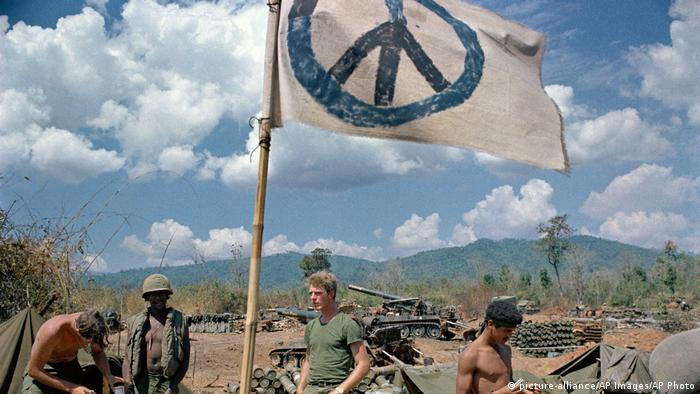 Vietnam war, 1971, peace sign (picture-alliance/AP Images/AP Photo)