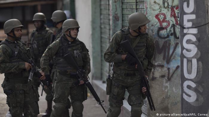 Militares em operação na favela Kelson's, no Rio de Janeiro