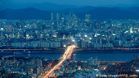 Südkorea Skyline von Seoul bei Nacht (Getty Images/AFP/E. Jones)
