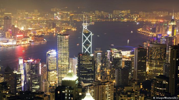 China Skyline von Hongkong bei Nacht (Imago/Westend61)