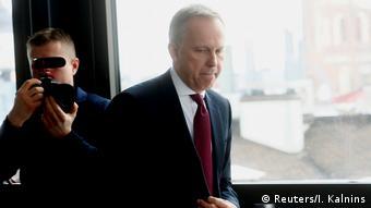 Глава Банка Латвии Илмарс Римшевич прибывает на пресс-конференцию в Риге