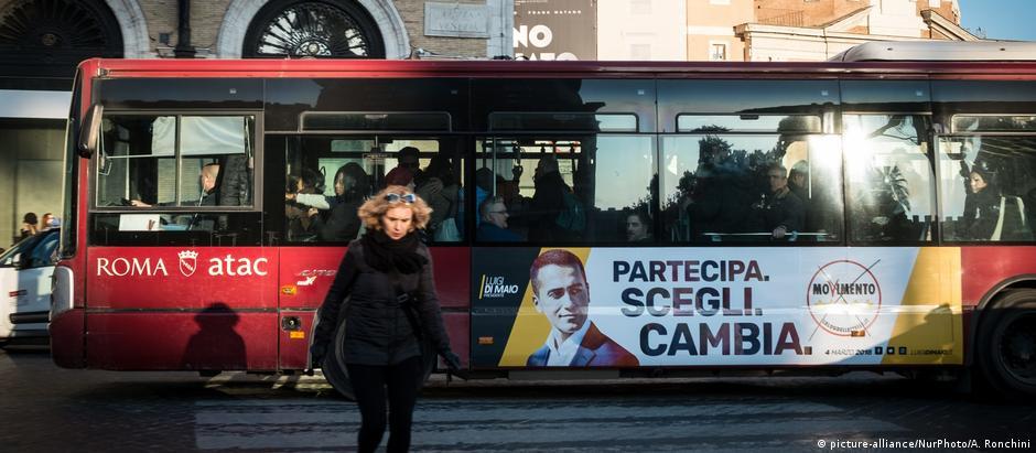 """""""Participe, escolha, mude!"""" Cartaz do Movimento 5 estrelas em ônibus em Roma"""