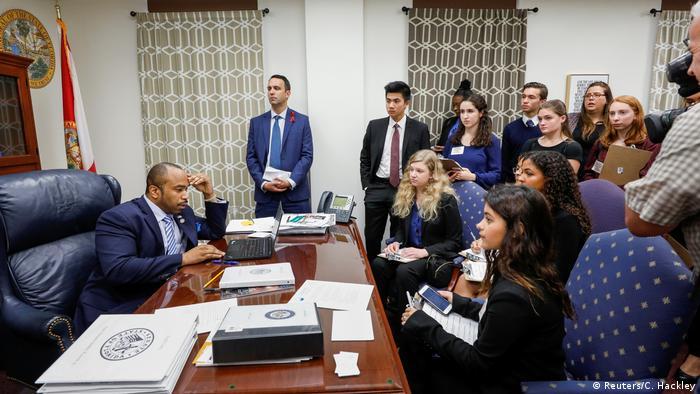 Estudantes do Stoneman Douglas visitam gabinete de senador democrata: adolescentes tomaram dianteira da campanha contra armas