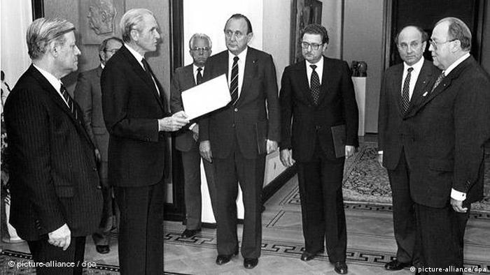 Deutschland Bundespräsident Karl Carstens Regierung Schmidt Sturz