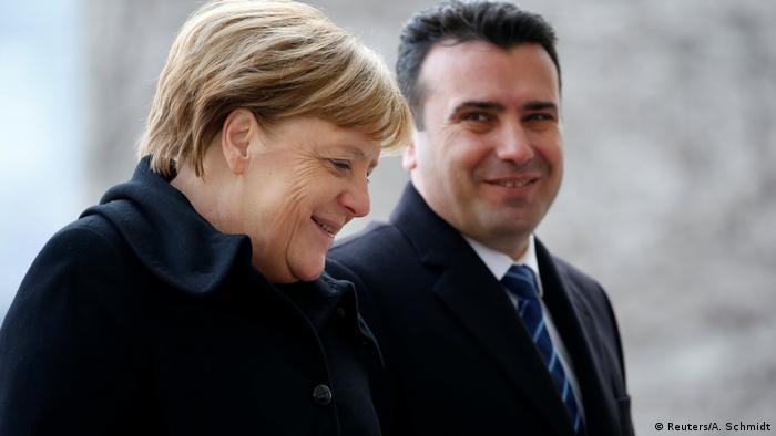 Berlin - Kanzlerin Merkel empfängt Mazedoniens Regierungschef Zaev (Reuters/A. Schmidt)
