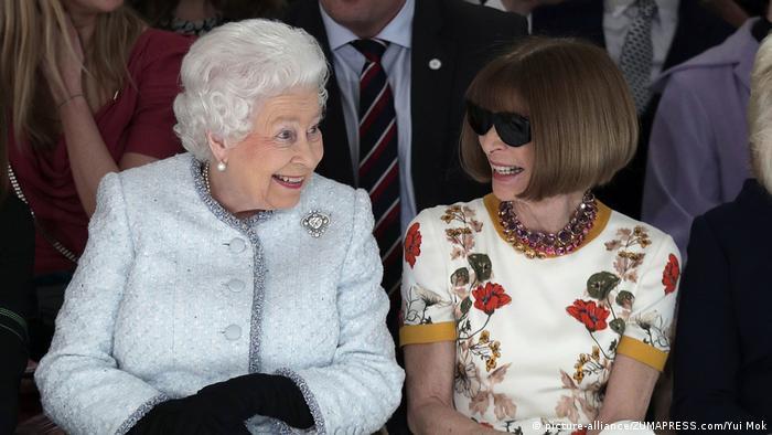 Queen Elizabeth with Anna Wintour at London Fashion Week (picture-alliance/ZUMAPRESS.com/Yui Mok)
