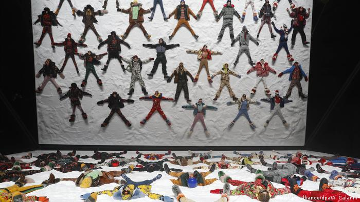 Models laying on the ground in fake snow (picture-alliance/dpa/A. Calanni)