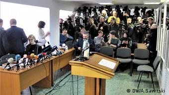 Пульт для виступу в суді в Києві лишився вільним - Порошенко не приїхав