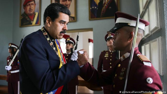 Venezuela - Nicolas Maduro grüsst Soldat während Parade (picture-alliance/Photoshot/B. Vergara)