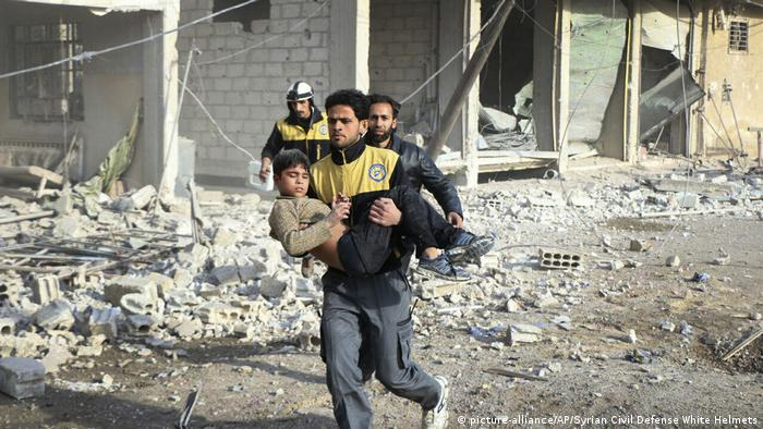Syrien - Luftangriffe auf Rebellengebiet Ost-Ghuta (picture-alliance/AP/Syrian Civil Defense White Helmets)