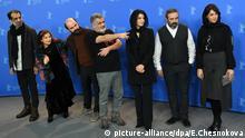 مانی حقیقی (وسط) و عوامل اصلی فیلم خوک در کنفرانس خبری برلیناله حضور داشتند. از چپ به راست: علی باقری، لیلی رشیدی، علی مصفا، مانی حقیقی، لیلا حاتمی، حسن معجونی و پریناز ایزدیار.