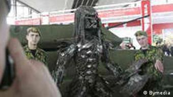 Солдаты позируют на фоне бронетехники