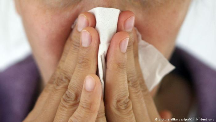 A person blowing their nose (picture-alliance/dpa/K.-J. Hildenbrand)