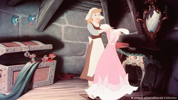 Disney-Film Cinderella von 1950: In der Szene hält Cinderella ein Ballkleid hoch (picture alliance/Everett Collection)