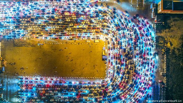 Massen von Fahrzeugen beleuchten Haikou Xiuying Port (picture-alliance/dpa/G.Lin)