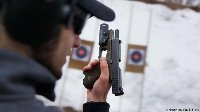 Ein Mann steht an einem Schießestand und hält eine Pistole in seinen Händen. (Foto: Getty Images/S. Platt)