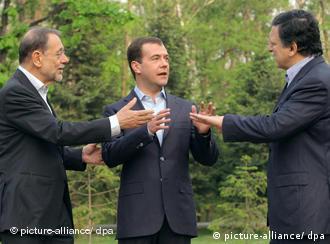 خاویر سولانا، دیمیتری مدودیف و خوزه مانوئل باروسو. گاز یکی از موارد اصلی صحبتهای دو روزهی این سیاستمداران خواهد بود
