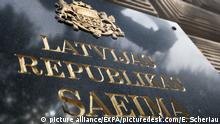 Lettland Hinweistafel des lettischen Parlaments in der Hauptstadt Riga