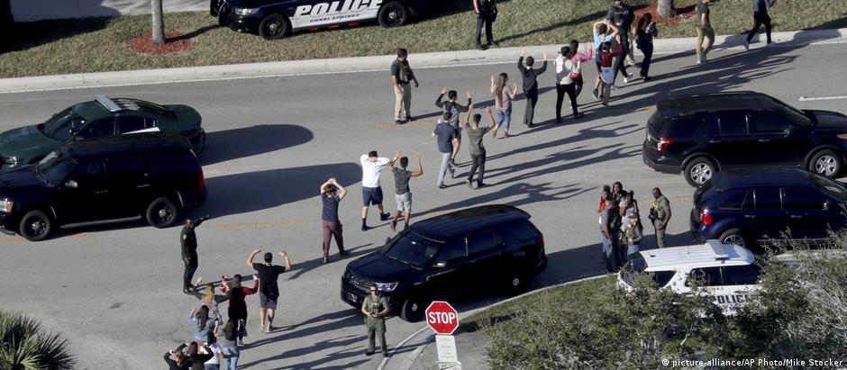 Students leave Marjory Stoneman Douglas High School after the February 14 shooting (picture-alliance/AP Photo/Mike Stocker)