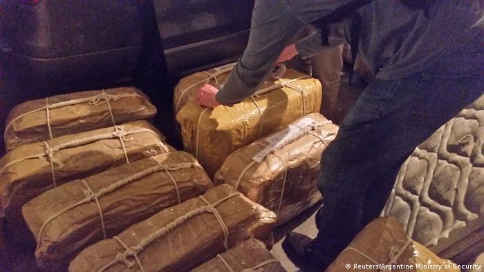 Найденные на территории посольства РФ чемоданы с кокаином