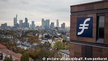 Das Logo der Frankfurt School of Finance & Management (FS) am 26.10.2017 in Frankfurt am Main (Hessen) an einem der neuen Gebäude vor der Skyline der Stadt. In einer Feierstunde wurde kurz darauf der Komplex der Wirtschaftsuniversität offiziell eröffnet. Foto: Frank Rumpenhorst/dpa +++(c) dpa - Bildfunk+++ | Verwendung weltweit