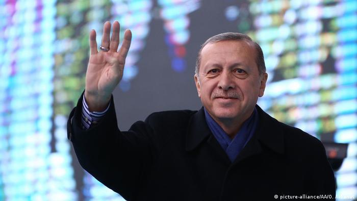 Recep Tayyip Erdogan Rabia Sign (picture-alliance/AA/O. Akkanat)