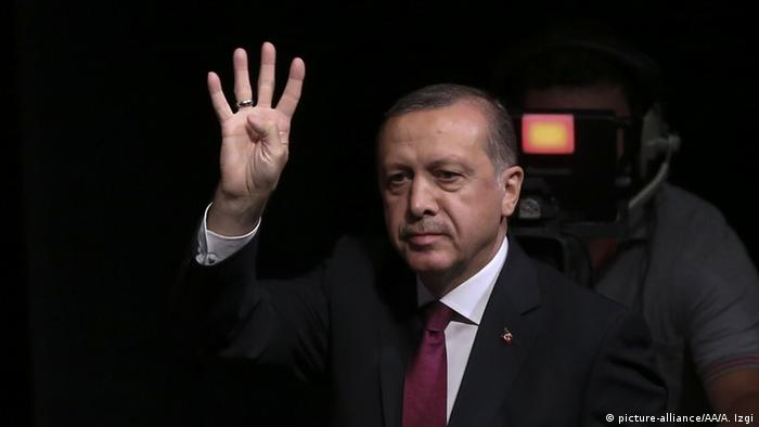Recep Tayyip Erdogan Rabia Sign (picture-alliance/AA/A. Izgi)