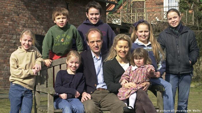 Както сама признава в едно интервю, Урсула - също като родителите си - винаги е искала да има много деца. Тя просто не си представя да има семейство без деца. На снимката от март 2003 г., когато Урсула е министър по социалните въпроси, за жените, семейството и здравето на провинция Долна Саксония, е цялото ѝ семейство, позиращо в двора на семейната къща край Хановер.