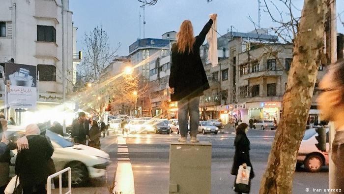 اعتراض به حجاب اجباری در یکی از خیابانهای پرررفتوآمد