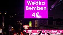 16.02.2018, Hamburg: Passanten laufen auf in Hamburg im Stadtteil St. Pauli am auf der Reeperbahn an einem Kiosk vorbei welches sogenannte Wodka-Bomben verkauft. Kein anderer Stadtteil steht so sehr für Hamburg wie St. Pauli mit seinem grellbunten Treiben rund um die Reeperbahn. Doch der Kiez hat sich gewandelt. Nicht zum Besseren, klagen Clubbetreiber und Anwohner, die einen Schuldigen ausgemacht haben: den Billig-Alkohol. (zu dpa-Korr: «Kiez-Kampf gegen Billig-Alkohol - «St. Pauli ist keine Kulisse»» vom 23.02.2018) Foto: Axel Heimken/dpa +++(c) dpa - Bildfunk+++ | Verwendung weltweit