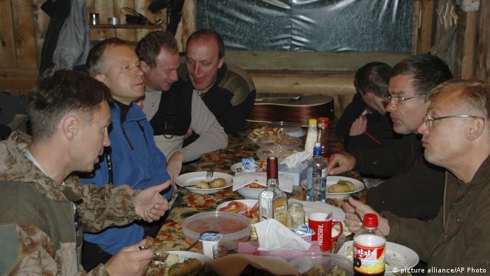 Фотография, на которой Римшевич (второй слева) запечатлен вместе с Дмитрием Пильщиковым (третий справа)